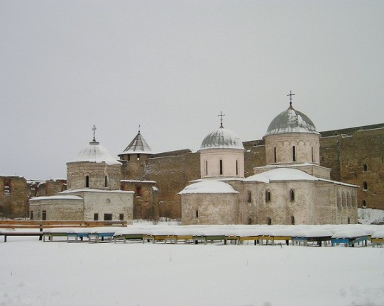 Ivangorod_fortress_churchesكنائس القديس نيكولاس (1498) ورقاد العذراء (1558) داخل جدران القلعة.