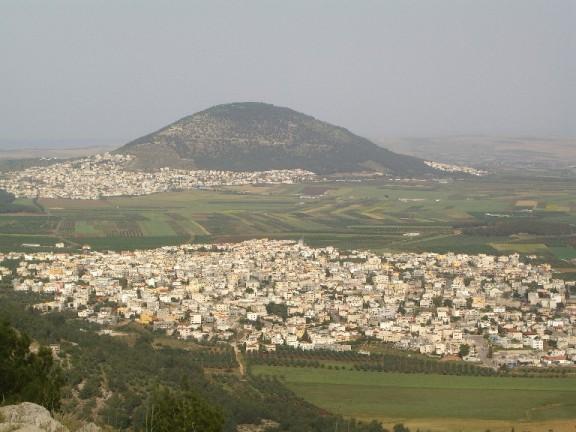 جبل طابور  منظر عام من جهة الناصرة وتظهر إكسال في الامام واُم الغنم في يمين الصورة وفي الجهة